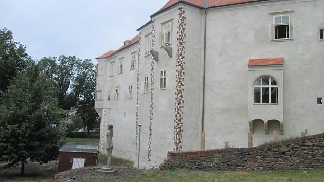 Zámek v Miroslavi má opravené jihovýchodní křídlo.
