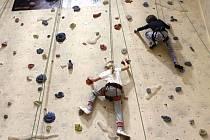 Najít si zajímavou zábavu o jarních prázdninách pomáhá dětem Středisko volného času Znojmo. Děti si mohly vyzkoušet třeba své schopnosti zdolat lezeckou stěnu v hale v Horním parku.