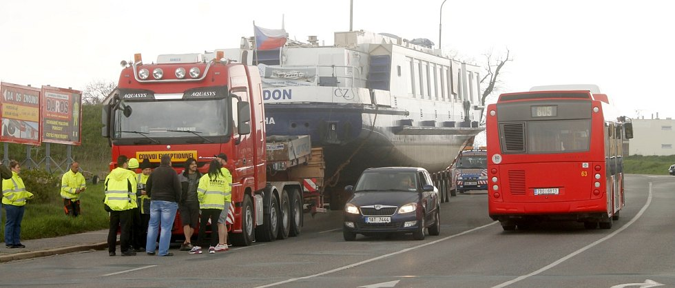 Dopravu ve Znojmě a okolí komplikovala 14. dubna kolem poledne přeprava nadměrného nákladu. Specialisté vezli na Vranov největší loď na Moravě, Poseidon.