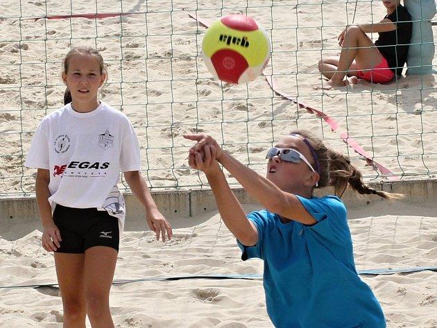 V sérii turnajů Beach open Znojmo 2018 se utkaly dvojice dívek do sedmnácti let.