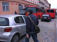 Úplná uzavírka části Havlíčkovy ulice ve Znojmě komplikuje dopravu v centru města. Jde přitom o nejfrekventovanější silnici ve Znojmě.
