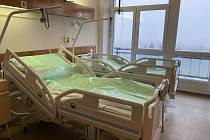 Na jedenáct nových moderních lůžek ulehnou od nynějška pacienti ve znojemské nemocnici. Nakoupila je za více než 650 tisíc. Na dětská lůžka a postýlky darovala 200 tisíc korun obec Chvalovice.