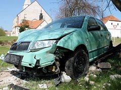 Ke kuriozní havárii došlo v noci z pondělí na úterý v Hnanicích. Osobní auto tam vyjelo mimo hlavní silnici a narazilo do sochy svatého Jana Nepomuckého.