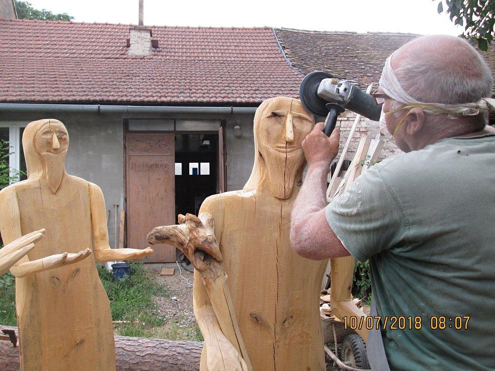 Nový dřevěný betlém dokončuje v Jezeřanech-Maršovicích Antonín Špaček. Lidé ho celý poprvé uvidí v neděli.