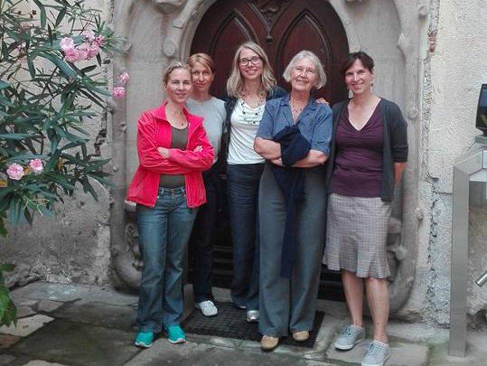 Elizabeth Strachotinsky von Strachotin se svými čtyřmi dcerami u miroslavského zámku.
