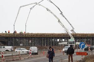 Dělníci 12. února 2019 betonují budoucí most na části stavby obchvatu Znojma u Přímětic.