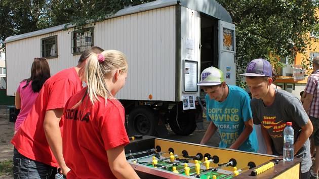 Pro děti a mladé je ve Znojmě nově k dispozici maringotka klubu Coolna. V Holandské ulici její provoz slavnostně zahájili představitelé Znojma a oblastní charity.