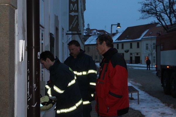 Jednotky hasičů vyjížděly ve čtvrtek navečer kJihomoravskému muzeu ve Znojmě.