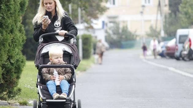 Město nechalo stavební firmu opravovat chodníky na obou sranách Pražské najednou. Zcela tak zrušilo bezpečnou chůzi předevší starým lidem a matkám s kočárky mezi křižovatkou u Billy a benzinovou čerpací stanicí.