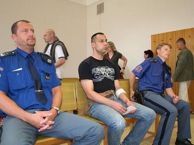Šalamounsky rozhodl znojemský okresní soud ve věci takzvaného justičního omylu. Nového obviněného Antonína Škrdlu uznal vinným ze sedm let staré série tří přepadení listonošek a poslal ho na tři a půl roku do vězení.
