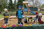 Slavnostní otevření sportovního hřiště na opravené zahradě Mateřské školy Husova v Moravském Krumlově. Nově si děti zahrají basketbal, tenis, volejbal, fotbal a házenou, nebo se projedou na dráze pro koloběžky. Foto: Eva Fruhwirtová
