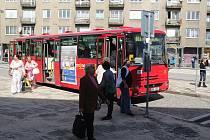 Zkušební provoz zahájilo v pondělí nové znojemské autobusové nádraží. Současně začala cestujícím sloužit nová stání městské autobusové dopravy před budovou železniční stanice.