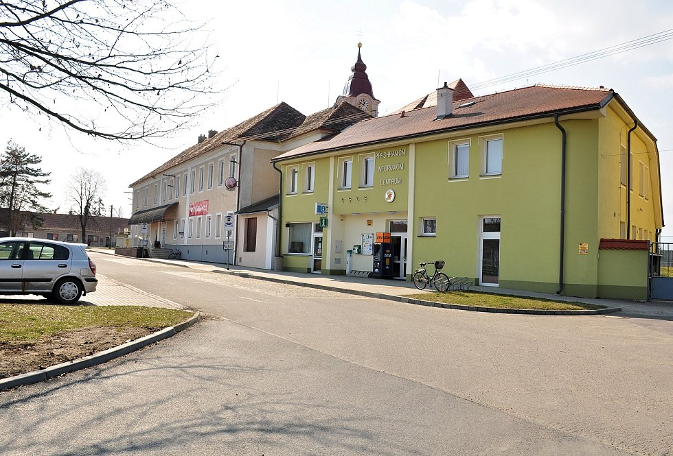 Budova Přeshraničního informačního centra v Hevlíně s bankomatem