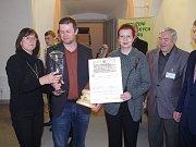 Titul šampiona Znojemského koštu převzal za rodinné vinařství Marek Líbal z Horních Dunajovic (na snímku druhý zleva).
