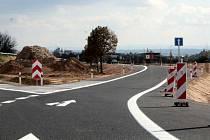 Před křižovatkou musí řidič zpomalit, jak nařizují značky. Úhel rozdvojení už nyní kritizují někteří z místních.