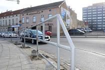 Nové zábradlí začali montovat řemeslníci k chodníku, který těsně sousedí se silnicí první třídy číslo 38 ve Znojmě.
