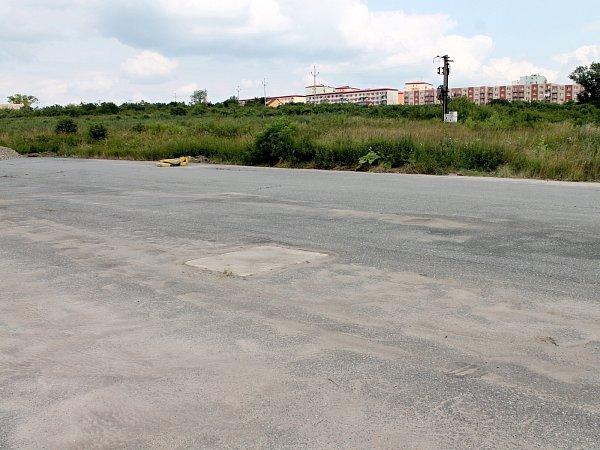 Dočasné náhradní parkoviště nabízí pro obyvatele právě rekonstruovaného sídliště vPříměticích znojemská radnice. Vareálu bývalého statku. Bez osvětlení a bez hlídače.