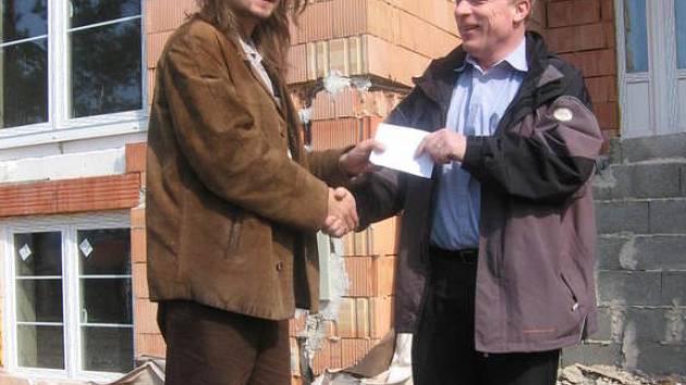 Jiří Ludvík předává šek Evženu Adámkovi