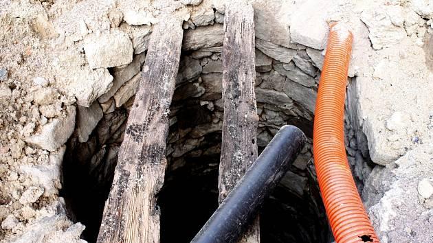 Středověkou studnu skrýval chodník nedaleko drogerie na Divišově náměstí. Archeologové nyní končí s průzkumem základů jezuitské koleje nedaleko budovy archivu.