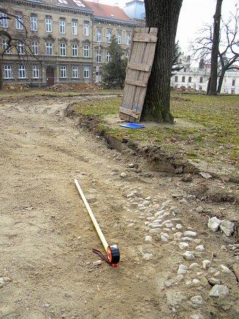 Torza původních kameninových žlábků vDolním parku ve Znojmě.