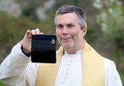 Otec Marian si po žehnání kapličku i s hosty slavnosti pěkně vyfotil.