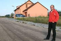 Petr Vojtěch před svým domem na nedokončené silnici, na jejíž stavbu přispěl obci padesáti tisíci korunami.