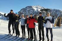 S netradiční výbavou odjížděli znojemští plavci na soustředí do Itálie. Útočiště našli ve středisku Schnastal, které leží dva kilometry nad mořem. V italském lyžařském centru naplavali přes dvě stě kilometrů.