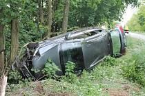 S autem řidička přejela do protisměru a dál až do silničního příkopu. Vůz tam narazil do stromů a skončil převrácený na bok.