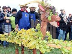 Cech vinařů Vrbovec pořádal vinobraní. Vinaři slavnostně pomleli letošní poslední hrozny a uložili hroznového kozla na zimu.