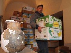 Část archeologického depozitáře přesunuli pracovníci Jihomoravského muzea ze znojemského minoritského kláštera do zrekonstruovaných prostor bývalého hraničního přechodu u Hnanic. Budovu získal kraj, který muzeum spravuje, od státu.