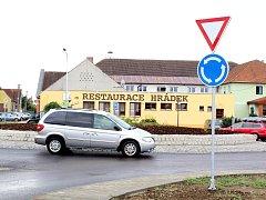 Po desítkách let má Hrádek na Znojemsku kvalitní silnici v obci. A také nový kruhový objezd.