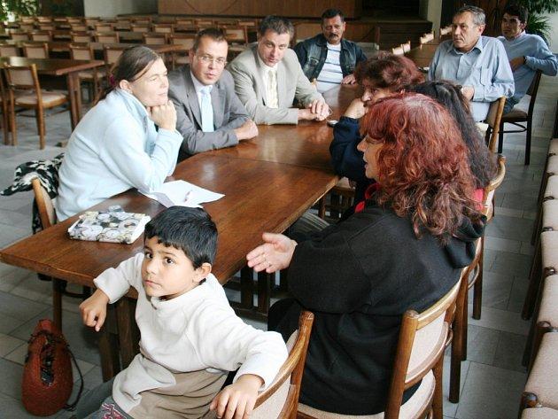 Diskutovat s vedením radnice přišla jen hrstka Romů