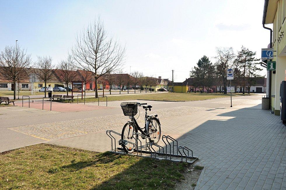Parkoviště a park před budovou infocentra na náměstí v Hevlíně