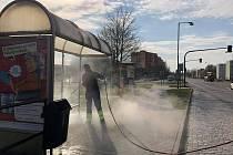 Horkou párou dezinfikují pracovníci specializované firmy autobusové zastávky ve Znojmě.
