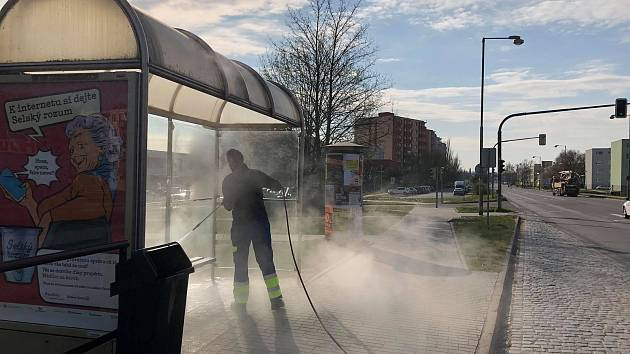 Znojmo kvůli koronaviru čistí zastávky. Horkou párou