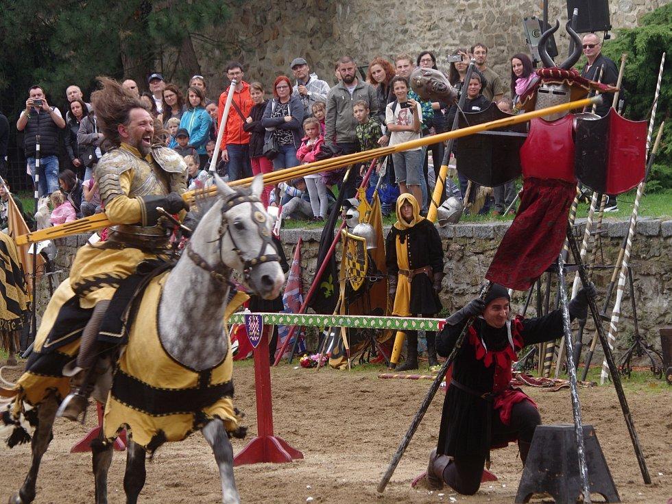Tradiční Znojemské historické vinobrani ovládlo v pátek centrum města. U hradeb v Horním parku se opět konal jízdní rytířský turnaj.