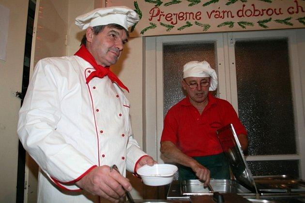 Jaroslav Ševčík (vlevo) podává speciální guláše.