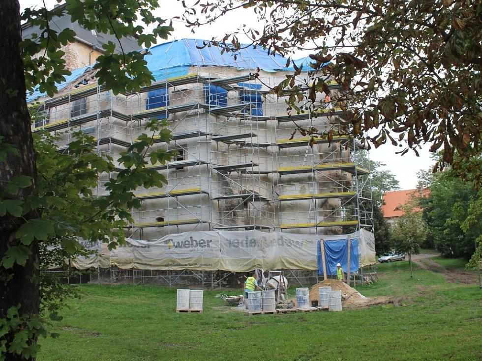 Pod rukama stavebních dělníků se již miroslavský zámek začíná vyjasňovat.