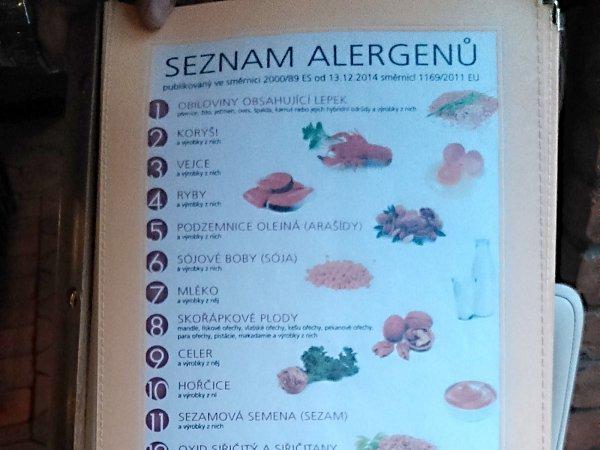 Restaurace mají seznamy alergenů, které nově informují hosty omožném riziku alergické reakce zpotravin.