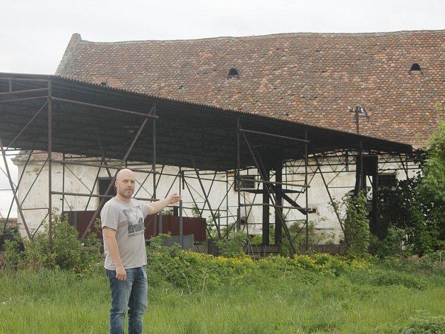 V Lesonicích stále chátrá bývalý statek.