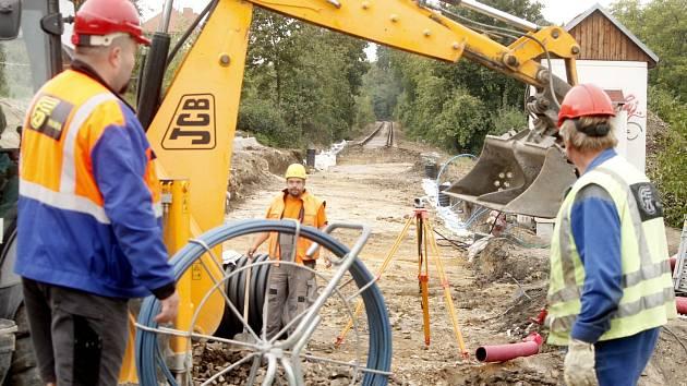 Novou železniční zastávku budují dělníci nedaleko lávky ke znojemské nemocnici. Kvůli stavbě je dočasně výluka na trati.