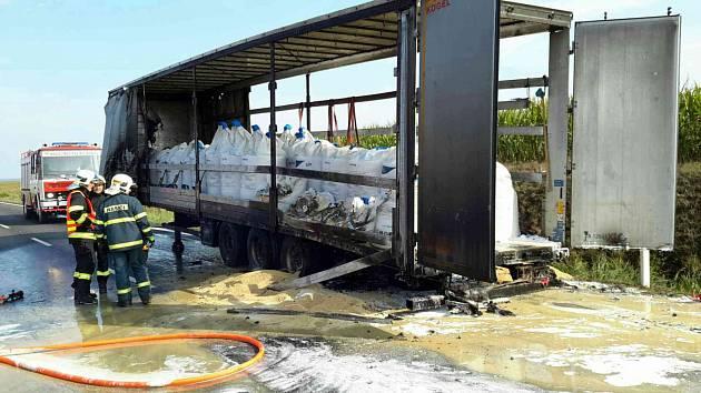 Hořel návěs kamionu, který převážel hnojivo