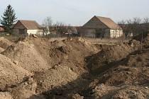 Trasa budoucího lechovického obchvatu se již v krajině u Lechovic začíná rýsovat. Ilustrační foto.