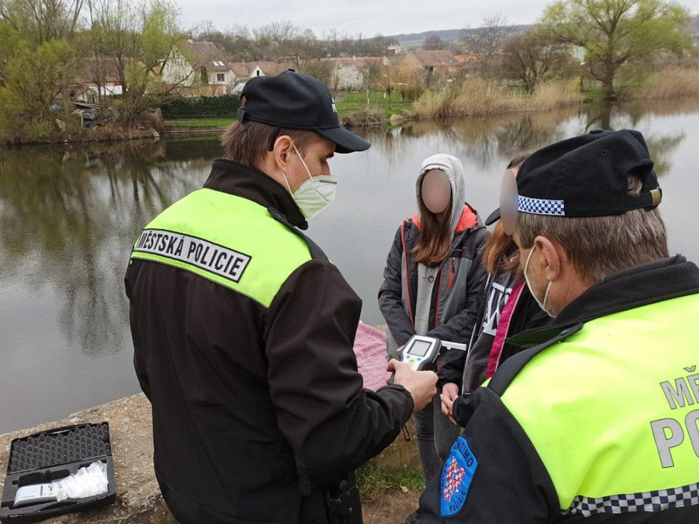 Znojemští strážníci kontrolovali mladistvé v parcích i u dětských hřišť. Pomohou jim pracovníci sociálního odboru.