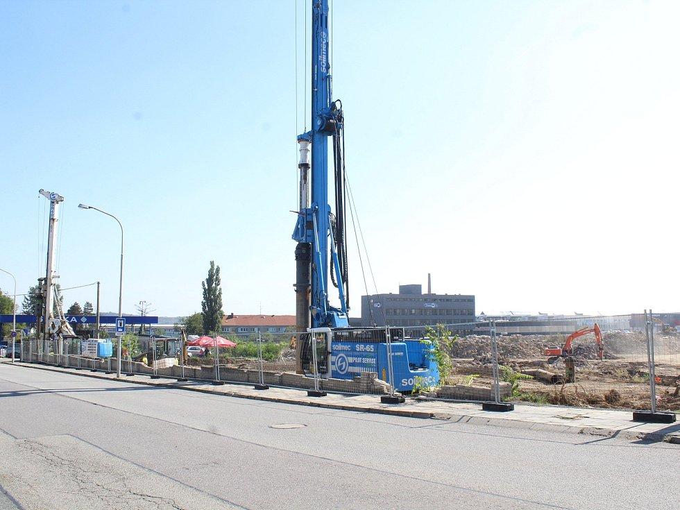 V areálu bývalé Fruty ve Znojmě se začíná stavět. Má tu být prodejní komplex s obchody.
