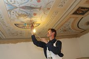 Kancelář starosty Hrušovan zdobí prvotina Alfonse Muchy. V těchto dnech dokončují opravy dekoru stropu místnosti restaurátoři.