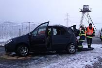 Na silnici druhé třídy mezi Suchohrdly a Těšeticemi v místě častých dopravních nehod havaroval v poslední lednové úterý mladý řidič renaultu.