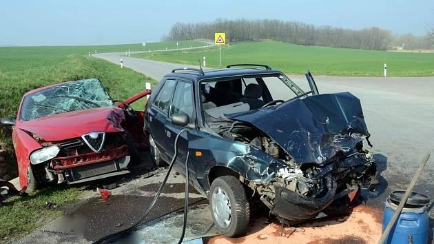 Kolize dvou osobních aut zaměstnala dopravní policisty, hasiče a záchranáře. Na místo přiletěl i vrtulník záchranné služby.