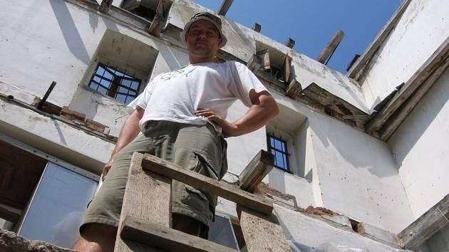 Archeolog Zdeněk Čižmář na místě bývalé solnice v centru Znojma