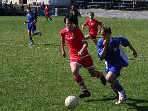 Opora znojemského týmu Tomáš Ulrych (v modrém)